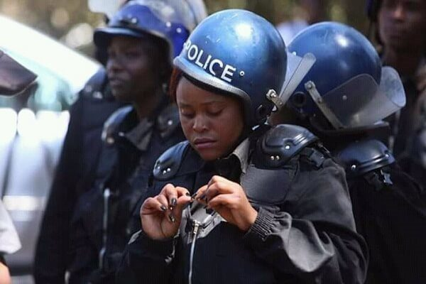 Zimbabwe orders female police not to wear miniskirts