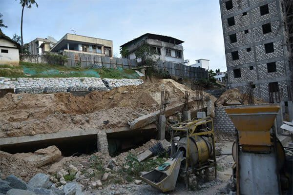 Mombasa wall buries two workers alive